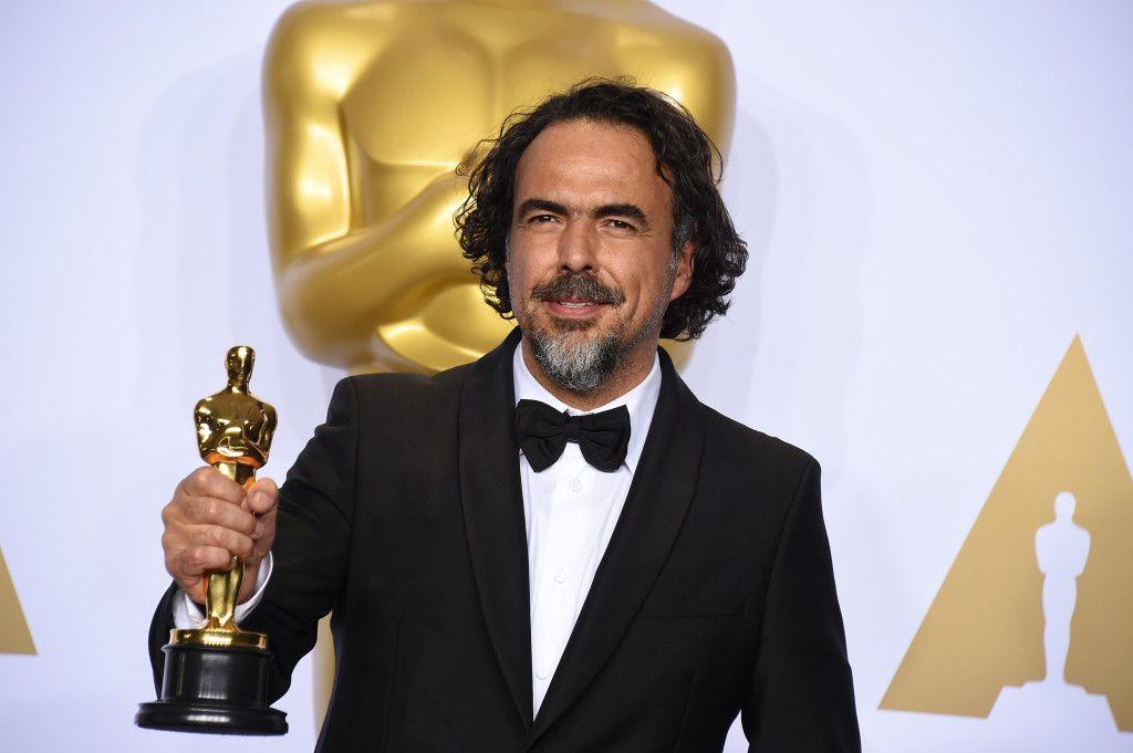 """Alejandro González Iñárritu posa en la sala de prensa con su premio a mejor director por """"The Revenant"""" en la ceremonia de los Oscar, el domingo 28 de febrero de 2016 el Dolby Theatre de Los Ángeles. (Foto de Jordan Strauss/Invision/AP)"""