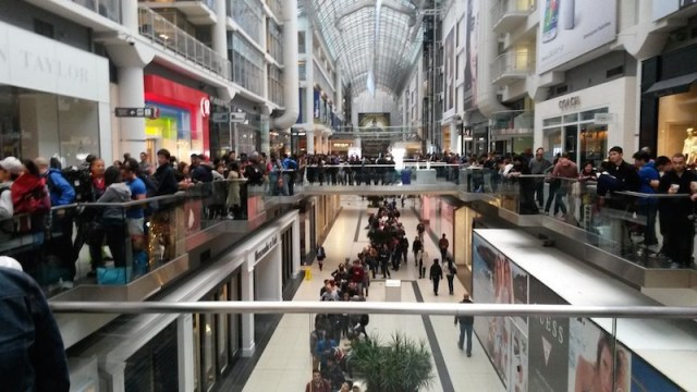 eaton_centre_iphone_6_line