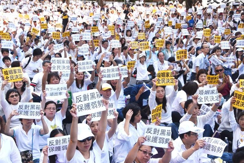 臺灣:同性婚合法化へ本格審議 反対派は抗議デモ - 毎日新聞