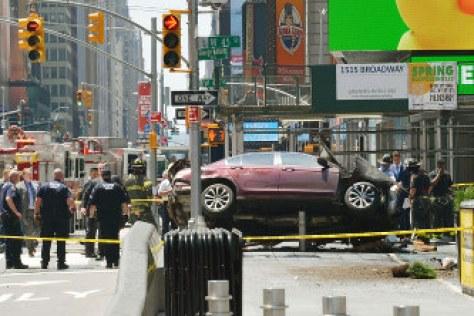「ニューヨークのタイムズスクエアに車突っ込み1人死亡、22人負傷」の画像検索結果