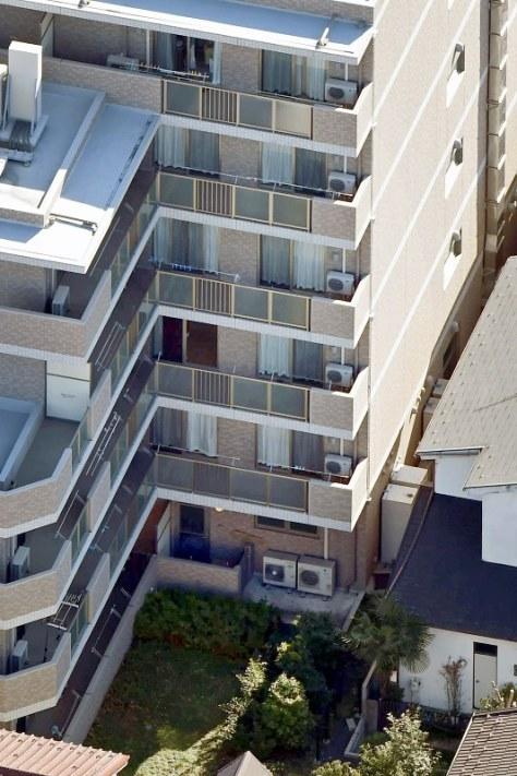 入所者3人が転落死した有料老人ホーム「Sアミーユ川崎幸町」。入所者3人はいずれも敷地内の裏庭(下)で倒れているのが見つかった=川崎市幸区で2016年2月16日、本社ヘリから竹内紀臣撮影