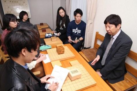 学生記者のインタビューに答える将棋の杉本昌隆七段(右)=名古屋市北区で、兵藤公治撮影