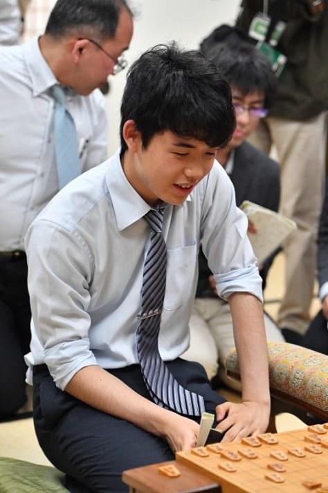 記者の質問に答える藤井聡太七段=大阪市福島区の関西将棋会館で2018年5月18日午後9時2分、木葉健二撮影