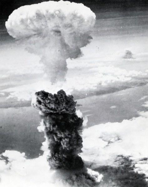 米軍が撮影した長崎原爆のきのこ雲。その右後方に、鹿児島県串木野町(現いちき串木野市)での空襲とみられる黒煙が見える=長崎原爆資料館所蔵