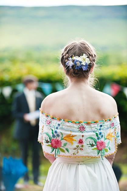 vintage_embroidered_tablecloth_wedding_dress_2.jpg