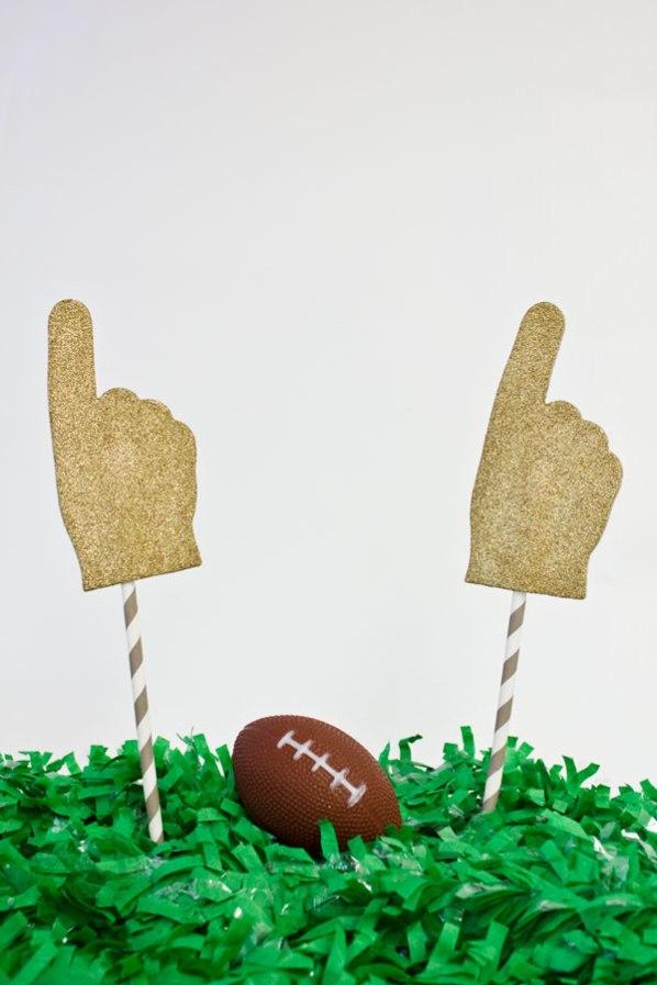 DIY-Glitter-Foam-Fingers-for-the-Super-Bowl
