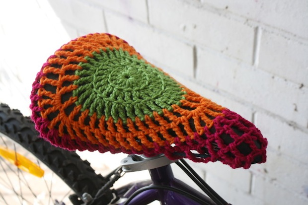 andsewwecraft_crocheted_bike_seat_cover