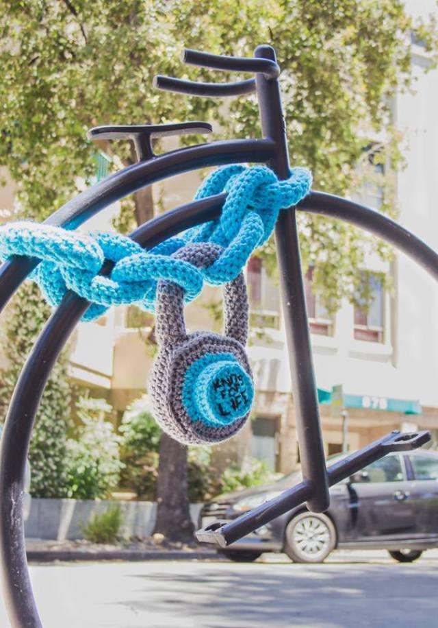 bike-chain-yarn-bomb-2