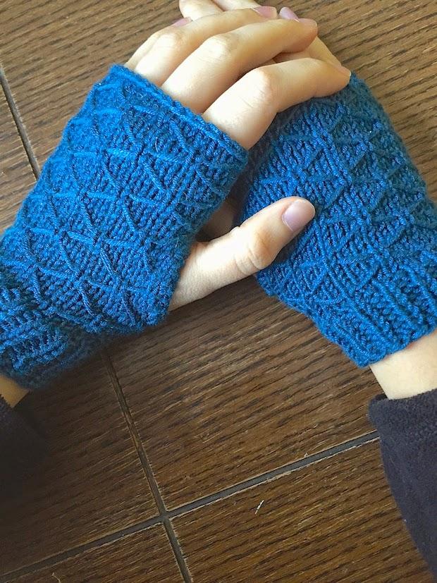 handcraftedvintage_lattice_wristwarmers_01