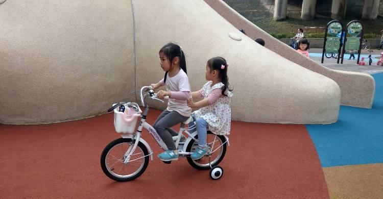 【育兒甘苦談】第一次騎腳踏車就上手 – 媽媽經 專屬於媽媽的網站