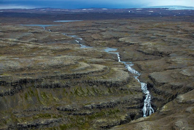 Vatnsrennslið í Drynjanda, 70 metra háum fossi í Hvalá, myndi ...