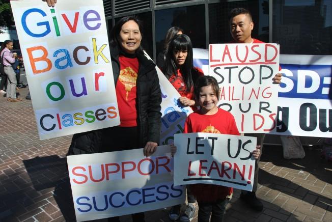 洛杉磯聯合學區擬砍百老匯小學中文課程,引起學生家長強烈反彈。8日清晨5時已經開始有家長於門口列隊舉牌向學區發聲抗議,希望得到合理回應,協調出解決辦法。(記者林奕均/攝影)