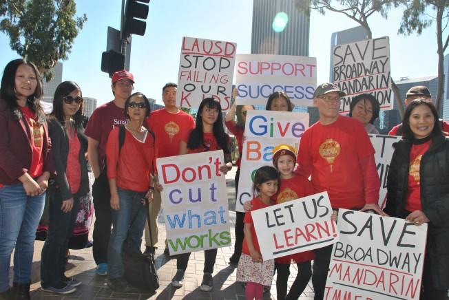 除了華裔,8日當天也有老美家長帶著孩子到場支持抗議活動。馬可兒姐妹舉著「讓我們學習,Let us learn」標語,講述希望能繼續在百老匯小學參與中文課程的心聲。(記者林奕均/攝影)