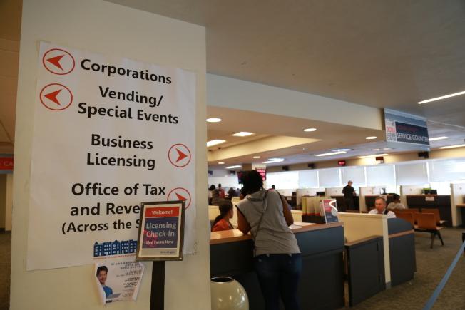 華盛頓特區消費法規事務部受理營業執照、建築執照等申請,在特區做生意的商家可先到該部門了解各項法規。(記者羅曉媛/攝影)