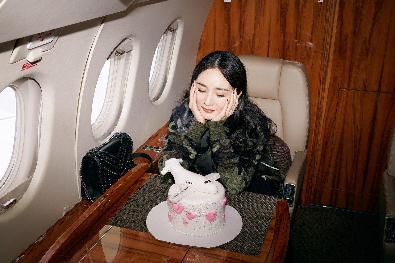 楊冪到底多大咖?設計師邀請她搭乘私人專機 - 世界新聞網