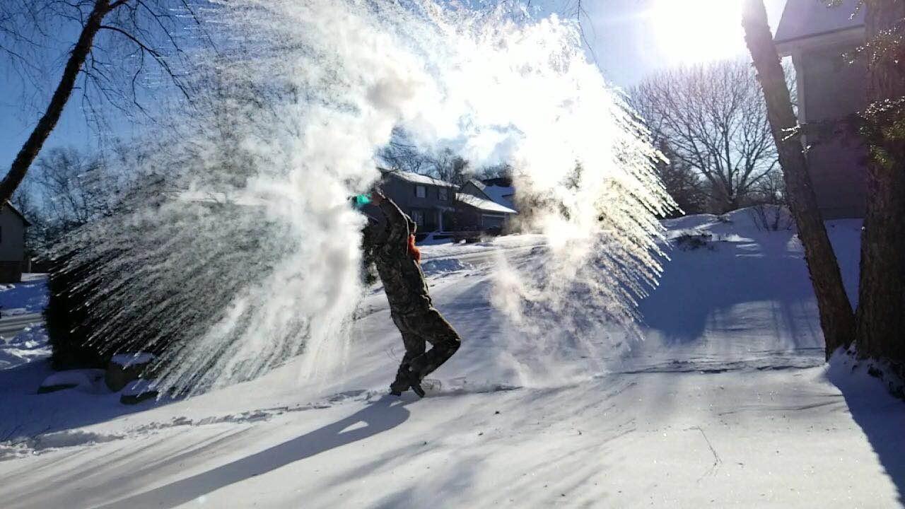 芝加哥低溫追南極 華人大玩「潑水成雪」 - 世界新聞網