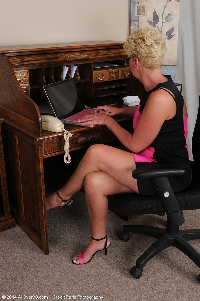 Blonde Older Secretary Taylor Lynn Plays With Her Pussy At