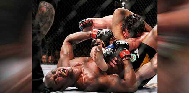 Anderson Silva submits Chael Sonnen at UFC 117