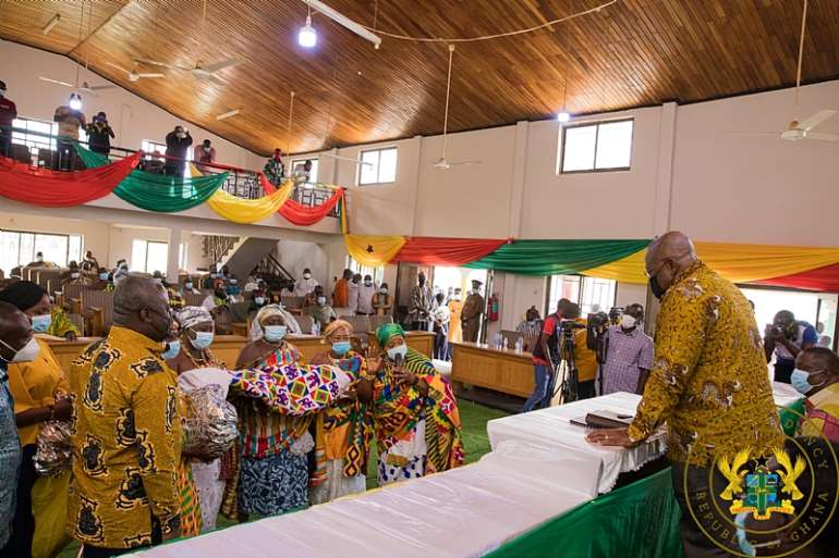 88202171533-i41p266gfa-queenmothers-of-kintampo-presenting-president-akufo-addo-with-a-guft