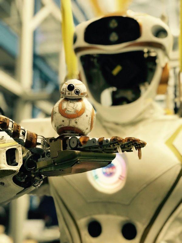 'star Wars' Droids Point Nasa Repair Robots Space