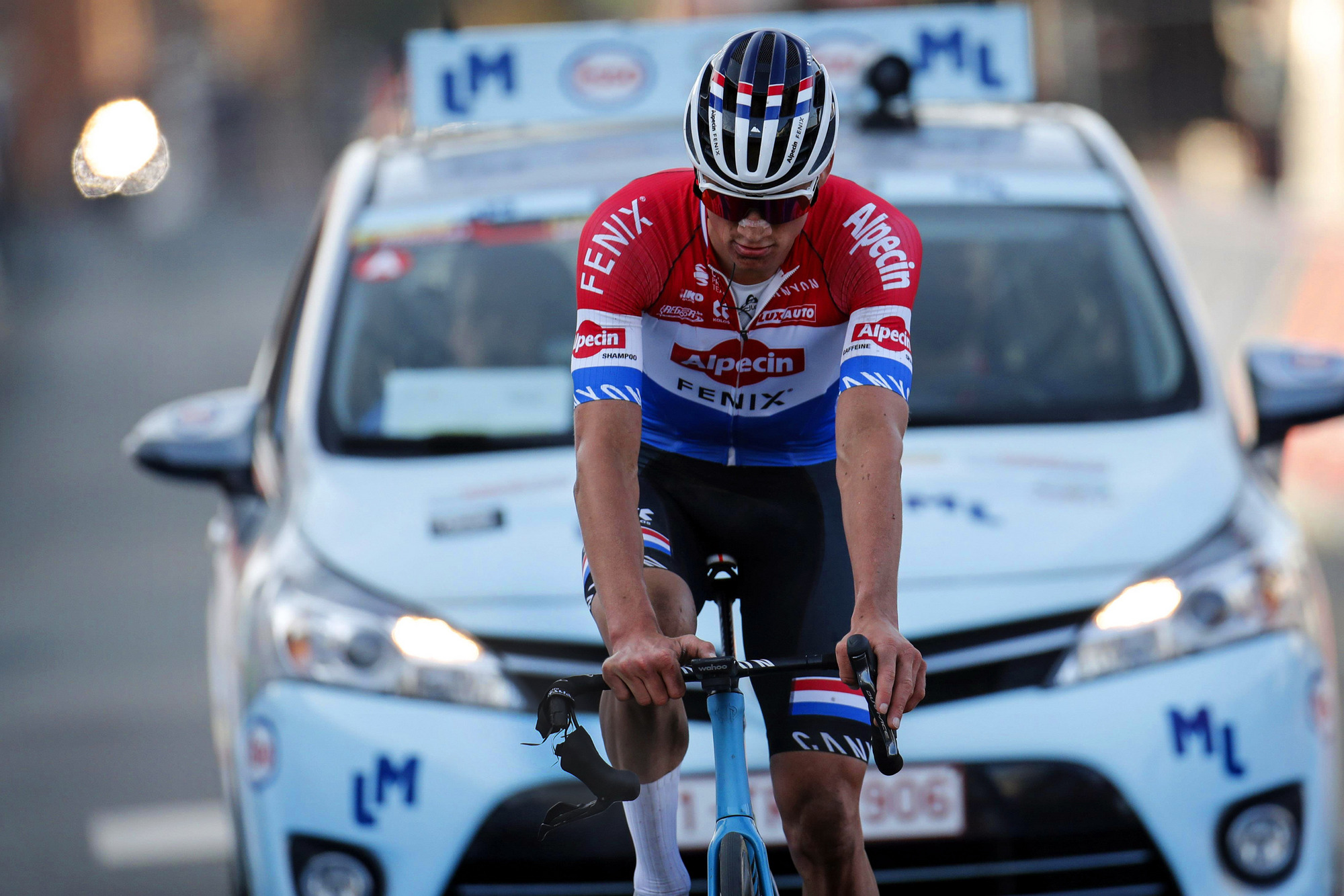 https www cyclingnews com news canyon issues stop ride for aeroad after van der poel handlebar failure