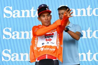 Caleb Ewan puts on the leader's jersey