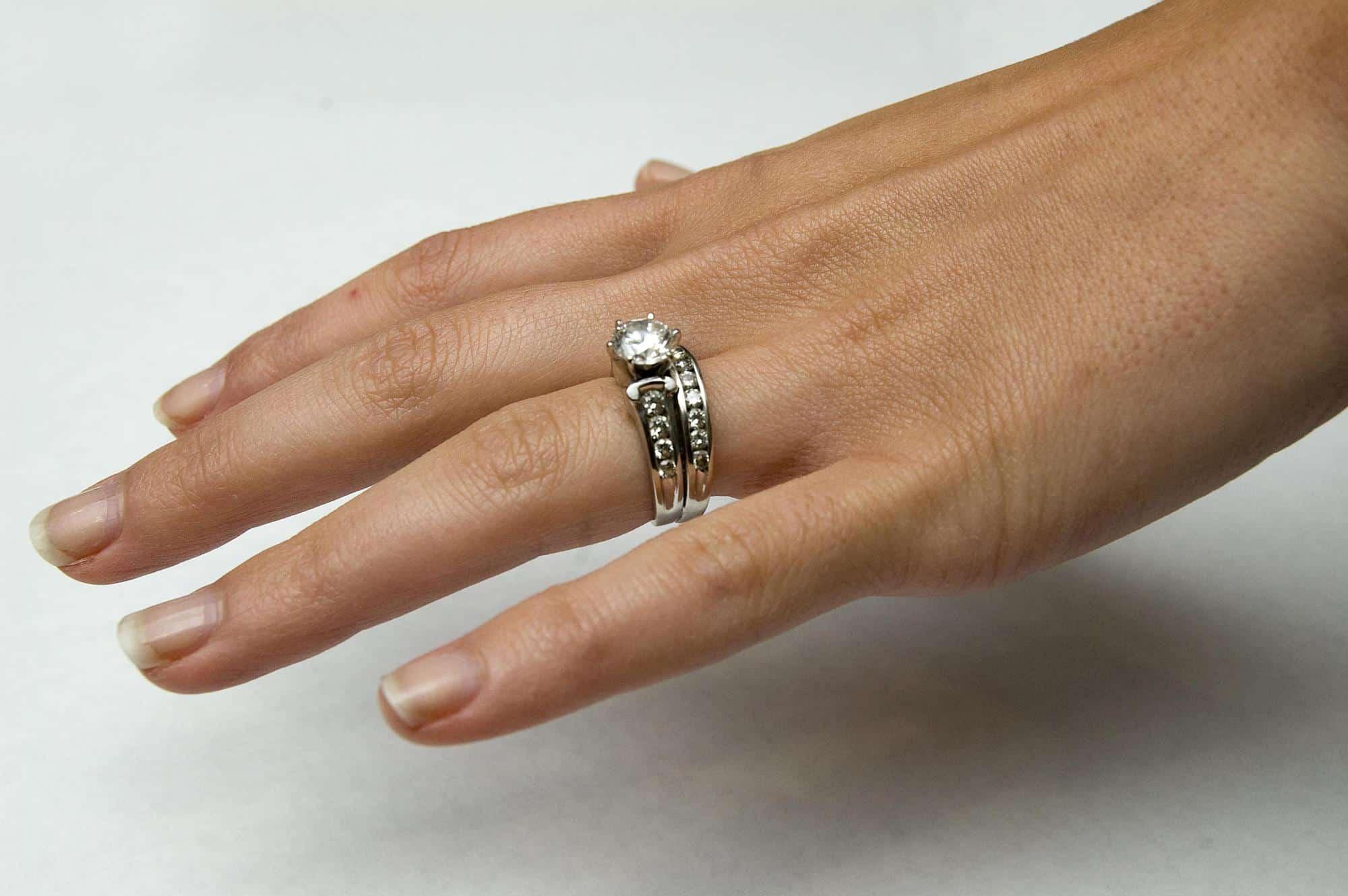 تفسير حلم لبس وخلع الخاتم الذهب للعزباء موسوعة