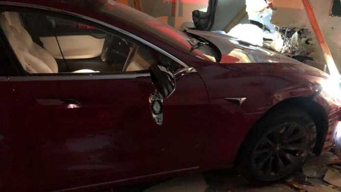 Check The Images Of The Tesla Model S Crash In Memphis