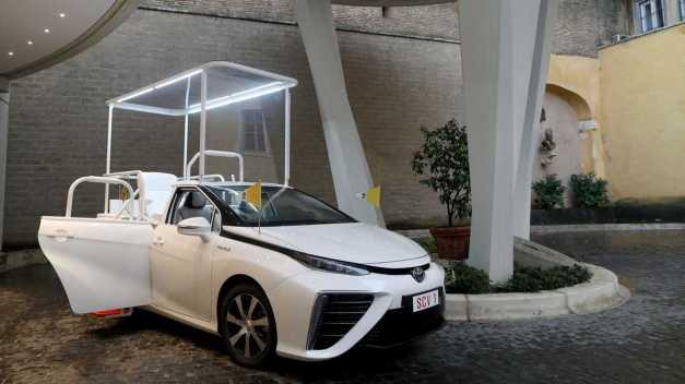 Die Heiligsprechung mit WeiH-Wasserstoff – DEr Papst fährt jetzt einen Toyota Mirai