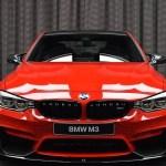 Em Vestido Vermelho Bmw M3 Hipnotiza Possiveis Compradores