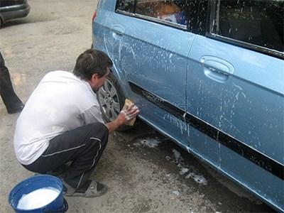 мыть автомобиль