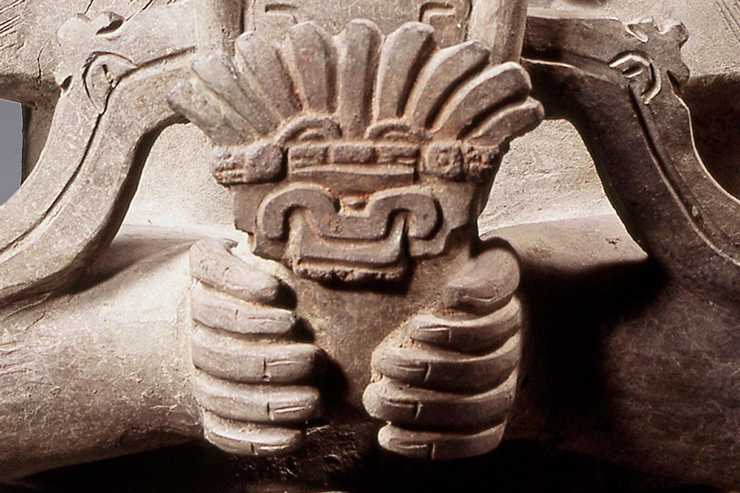 Escultura de barro de un dios zapoteco con elementos de