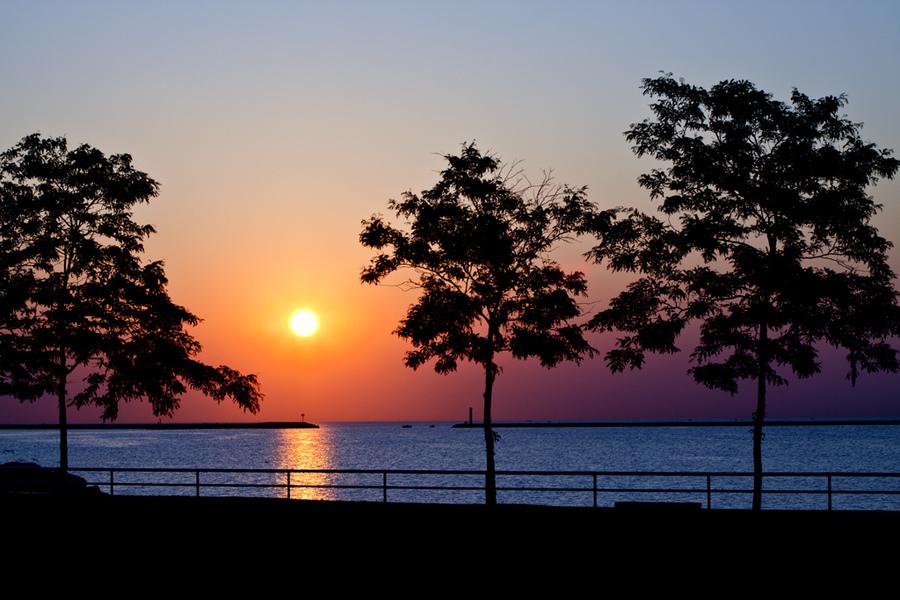 https://i0.wp.com/cdn.mymarkettoolkit.com/80/locations/large/lake_michigan_sunrise_near_milwaukee_art_museum_171_50993.jpg