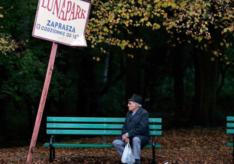 Starsi mężczyźni równie często, co kobiety szukają miłości w gazetach