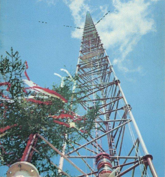 """Maszt radiowy w Konstantynowie , wciąganie wiechy, zdjęcie z okładki """"Młodego Technika"""""""