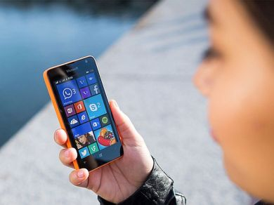 microsoft_lumia_430_dual_sim_hands_press_image.jpg
