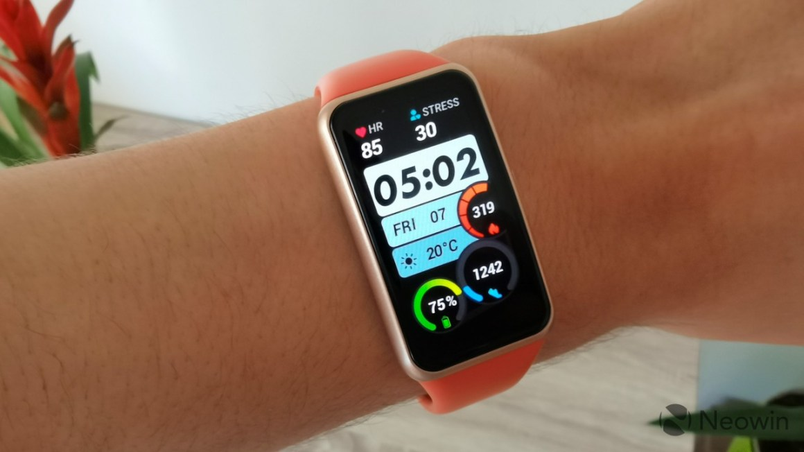 Huawei Band 6 displaying the Speedometer watch face