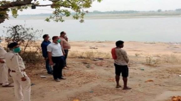 Over 100 Dead Bodies Found In River Ganga In UP Biharहद हैः गंगा से करीब  100 शव बरामद, कहां से आए पता नहीं - News Nation