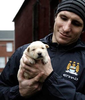 Alex Steen med Baretta. Baretta är en övergiven hund som precis blivit räddad.