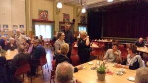 Na afloop werd er in groepjes koffiegedronken in de grote zaal van dorpshuis de Brink.