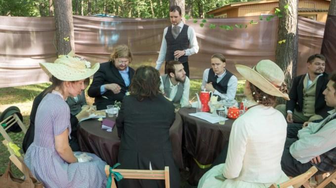 People at cafe (play, Erik Pihl).