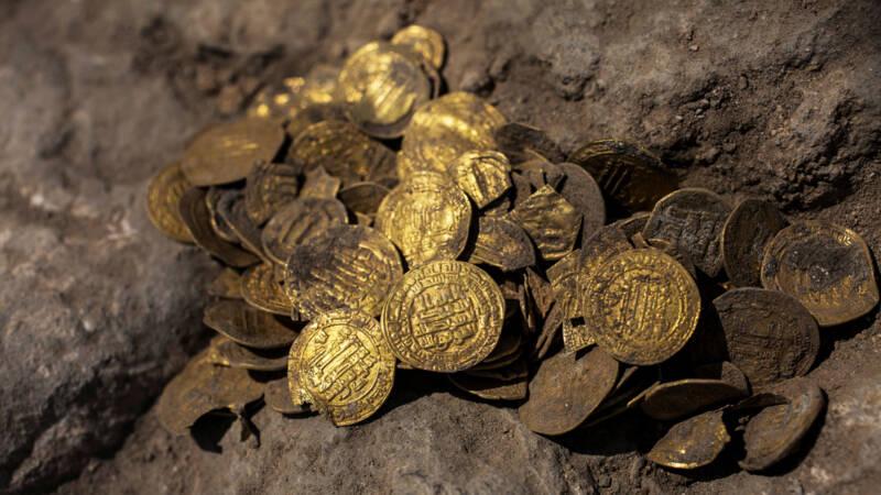 stapel gouden munten van 1100 jaar oud