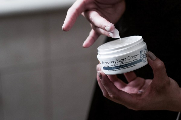 Tree Hut Soothing Chamomile Renewing Night Cream helps you to wake up into a radiating skin everyday.