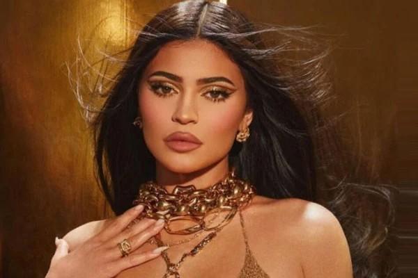Kylie Jenner has full lip shape.