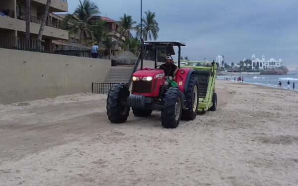 La barredora de playas, la única que funciona, logró llegar al área de Cerritos