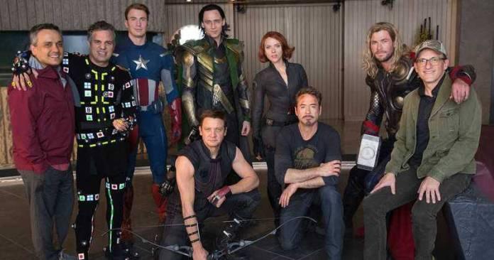 Irmãos Russo com o elenco de Vingadores na recriação de cena do primeiro filme