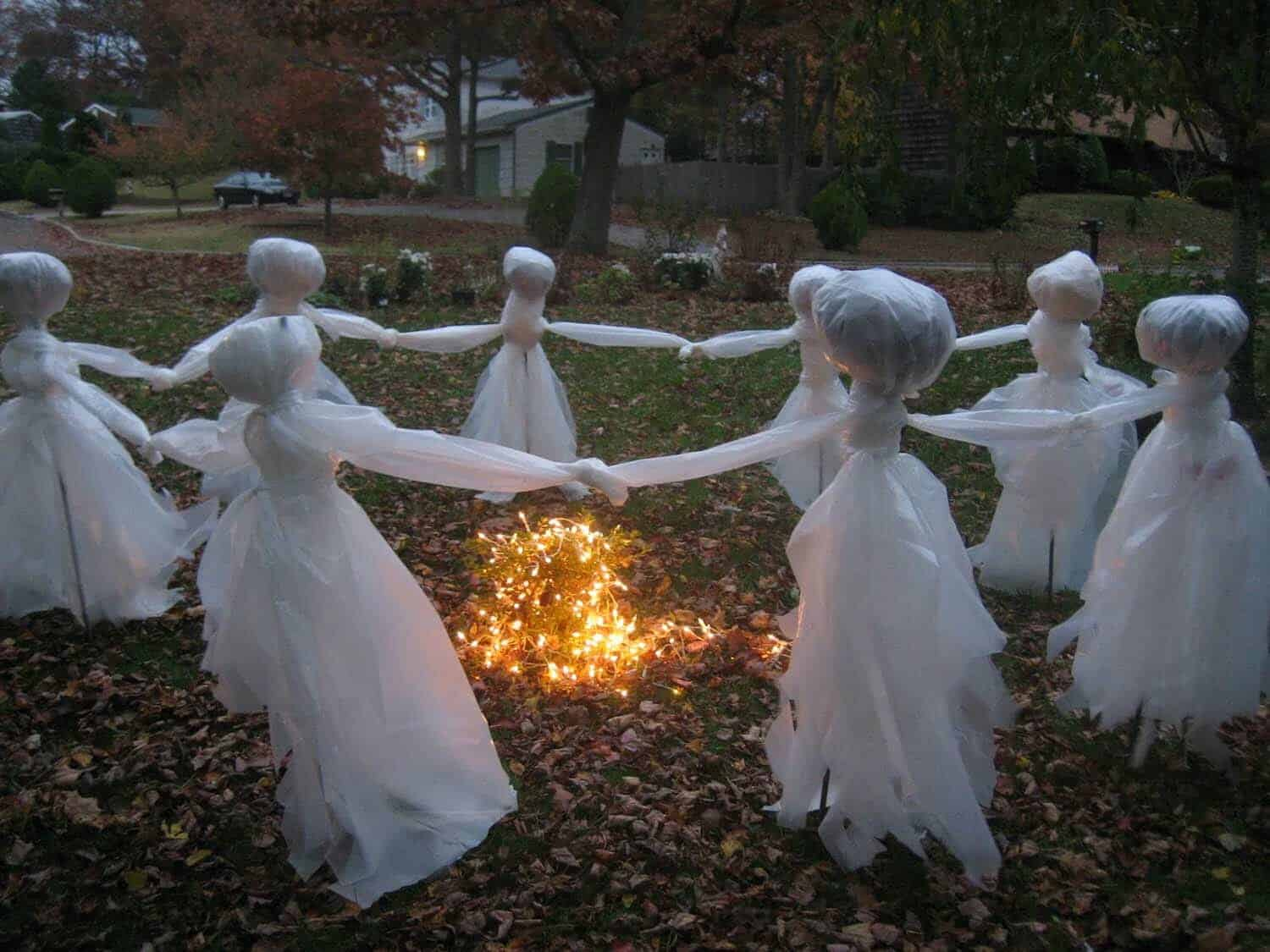 26 Fabulously Spooky Outdoor Halloween Decorating Ideas