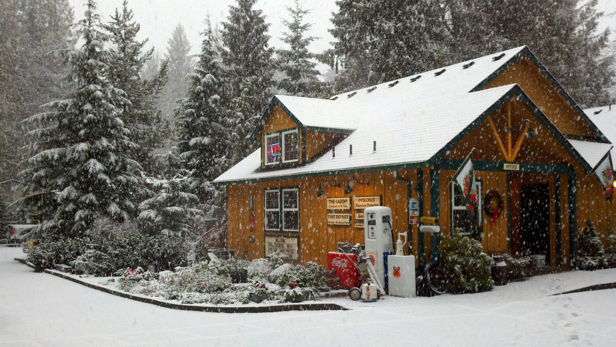 7 Enchanting Oregon Cabins Where You Can Watch The Snow