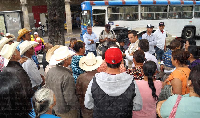 En la calle Ernesto Rosales, mil 500 familias viven con el drenaje abierto, lo que provoca que contraigan enfermedades estomacales y respiratorias; el alcalde Jaime Villalobos Rivera no concluye la obra, por lo que habitantes de Amatitán demandaron la intervención de los diputados/Fotos: Francisco Tapia