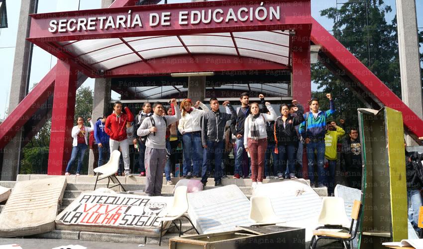 Desde temprana hora, normalistas de Atequiza se manfiestaron afuera de las oficinas de la Secretaría de Educación ubicadas en avenida Hidalgo; pedían la dignificación de su espacio de estudio, así como la destitución del actual director de la escuela rural/Fotos: Francisco Tapia